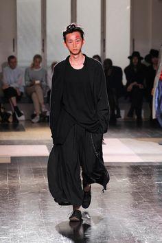 パリで発表された、ヨウジヤマモト(Yohji Yamamoto)の2013年春夏メンズコレクション。「吹けば飛ぶような、風になびく服」をテーマに、社会の規範に縛られず自由な考え方で世界中を巡り歩くこと...
