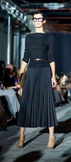 La jupe midi plissée – Fashion Trends To Try In 2019 Trendy Dresses, Nice Dresses, Casual Dresses, Dresses For Work, Midi Skirt Outfit, Skirt Outfits, Black Pleated Skirt Outfit, Classy Casual, Classy Dress