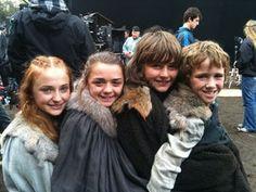 """大人気テレビドラマシリーズ「ゲーム・オブ・スローンズ」""""Game of Thrones"""" に出演している俳優たちの仲良さげな画像をまとめてみました。"""