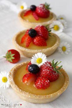 Le crostatine con crema all'arancia sono crostatine senza burro e uova. Farcite con una crema all'acqua, leggera e delicata, preparata con succo d'arancia.