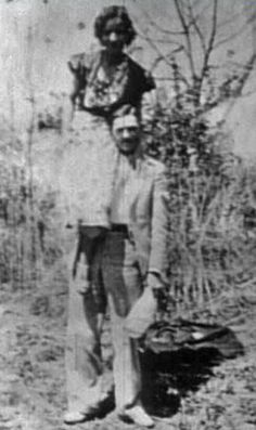 This photo was developed from a roll of film found in the death car. By that time, Clyde usually carried Bonnie from place to place, as she had been severely burned in a car accident and was unable to walk well. It is their last photo together. Bonnie Parker, Bonnie Clyde, Old Pictures, Old Photos, Vintage Photos, Crime, Mafia, American History, Famous People