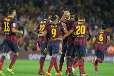Piña blaugrana tras el gol del chileno Alexis al Valladolid