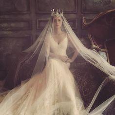Artistic fashion-forward bridal portrait by @yo_wei_photo with major queen vibes! #wedding #bride #bridal #portrait #veil #queen #tiara #crown #princess #praisewedding
