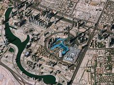 Esta imagem adquirida em 4 de janeiro de 2012 pelo satélite Plêiades mostra parte do Dubai, nos Emirados Árabes Unidos. A área de luz azul perto do centro da imagem é o lago feito pelo homem Burj Khalifa. Junto ao lago, fica um arranha-céu que é a mais alta estrutura feita pelo homem no mundo.