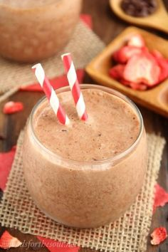 Do you love McDonald's Chocolate Covered Strawberry Frappe? This Copycat McDonald's Chocolate Covered Strawberry Frappe will give you those delicious chocolate and strawberry flavors without disrupting your healthy lifestyle. Breakfast Smoothies, Smoothie Drinks, Healthy Smoothies, Chocolate Peanuts, Chocolate Peanut Butter, Hot Chocolate, Milkshake Recipes, Smoothie Recipes, Delicious Chocolate