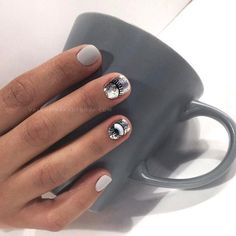 False nails have the advantage of offering a manicure worthy of the most advanced backstage and to hold longer than a simple nail polish. The problem is how to remove them without damaging your nails. Stylish Nails, Trendy Nails, Nail Manicure, Nail Polish, Evil Eye Nails, Acryl Nails, Thin Nails, Minimalist Nails, Nail Trends