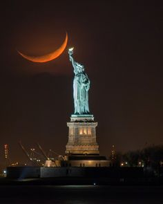 Stunning shot of a crescent moon behind the Statue of Liberty. Monuments, Patriotic Pictures, Shoot The Moon, New York Photographers, Centenario, I Love Ny, New York Art, Vacation Places, Our Lady