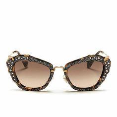 Miu Miu un modelo para las más atrevidas. #sunoptica #gafas #sunglasses #gafasdesol #occhialidasole #sunnies #moda #tendencias #fashion #elegancia #ideaspararegalar #musthave #oculosdesol #gafasmolonas #optica #eyewear #instagood #instaglasses #iloveglasses #miumiu #love