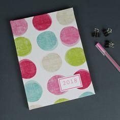 Kalender 2018 cremefarben mit bunten Polka Dots. Ein Stoff bezogener Kalender mit einer Wochenübersicht auf einer Doppelseite. Personalisierbar