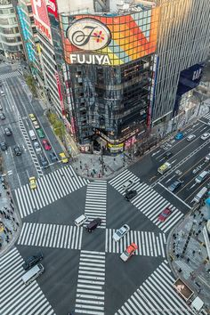 Lady's Lovely Guide to 3 Days in Tokyo – A Lady in London A view of a pedestrian crossing at an intersection in Ginza, Tokyo. Tokyo Japan Travel, Japan Travel Guide, Asia Travel, Japan Japan, Kyoto Japan, Shibuya Tokyo, Okinawa Japan, Japan Trip, London Travel