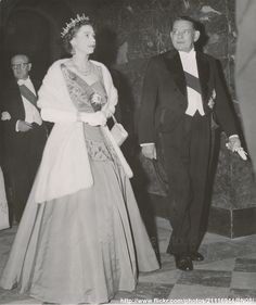 Queen Elizabeth II with President Auriol (Louvre Palace, April 10 Queen Elizabeth 2, Queen Mary, Royals Today, Louvre Palace, Princesa Real, Insta Outfits, Hm The Queen, Isabel Ii, House Of Windsor