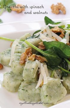 Gnocchi with spinach and walnuts. Theses homemade gnocchi are a light and easy to make vegetarian dish. The baby spinach and the walnuts add to the delicious taste. Nut Recipes, Supper Recipes, Vegetarian Dish, Vegan Dishes, Gnocchi Spinach, Recipe Community, Baby Spinach, Food Photography, Beverages