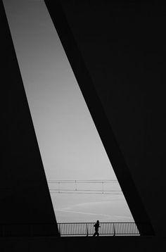 foto blanco y negro, geométrica, corredor, contraluz