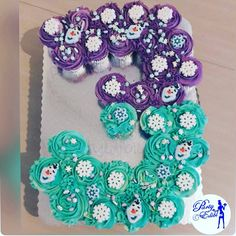Number 3 shaped frozen themed cupcakes Frozen Birthday Cupcakes, Frozen Cupcake Cake, Disney Frozen Cupcakes, Elsa Birthday Cake, Frozen Theme Cake, Frozen Themed Birthday Party, Disney Frozen Birthday, Themed Cupcakes, 3rd Birthday Parties