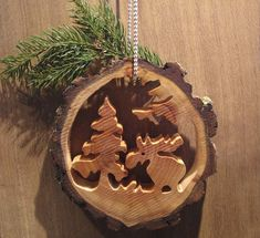 Handicrafts with tree slices Moose in the forest - from a small tree slice . Handicrafts with tree slices Moose in the forest – from a small tree slice … Christmas Wood, Christmas Projects, Christmas Bulbs, Christmas Decorations, Holiday Decor, Tree Slices, Wood Slices, Wood Crafts, Diy And Crafts