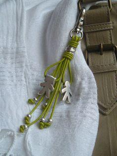 Este colgante lleva un mosquetón que te permite usarlo como llavero o colgarlo de tu bolso.Todos los abalorios son de zamak con baño de plata.El cue