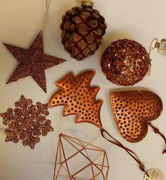 Pourquoi pas un sapin cuivré cette année pour Noël ? N'oubliez pas d'ouvrir notre calendrier de l'avent dans votre boite mail ! Il est rempli de promotions !! # #calendrierdelavent #bouledenoel #sapin #decoration #corarocourt #Liege #fete #paillettes #etoile #flocon #pommedepin