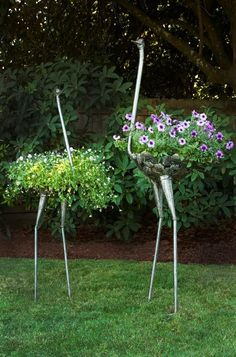 Swahili African Modern Kenyan Recycled Metal Ostrich Plant H .- Swahili African Modern Kenyan Recycled Metal Ostrich Plant Holders Metal type as a special hanging basket! What a garden highlight! Garden Crafts, Garden Projects, Garden Tools, Diy Projects, Diy Garden, Garden Whimsy, Welding Projects, Garden Birds, Potager Garden