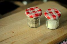 DIY Salière/poivrier Tellement simple ! - Percer des trous avec un clou et un marteau dans le couvercle de petits pots de confiture très connu et le tour est joué ...