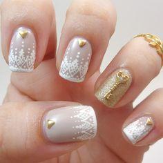Uñas de novia en color blanco con estampados y dorado