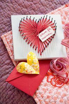 Un tableau décoré d'un cœur en laine rose