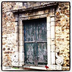 Il portale della chiesa del collegio di Maria, annessa al collegio, sorto nel 1738 il primo della diocesi di Messina!!  La chiesa, ad una navata é stata benedetta il 14 novembre 1772 e restaurata nel 1976.  Oggi é chiusa perché inagibile a causa delle conseguenze di alcuni eventi sismici avuti negli anni!!