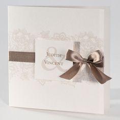 Diese Cremefarbene Einladungskarte Zur Hochzeit Ist Mit Floralen Ornamenten  Geschmückt. Das Satinband Verleiht Der Einladungskarte Eine Elegante Note.