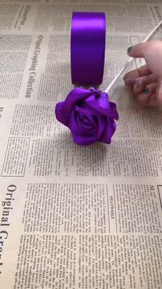Paper Flowers Craft, Flower Crafts, Fabric Flowers, Paper Crafts, Diy Crafts For Home Decor, Diy Crafts Hacks, Diy Crafts For Gifts, Diy Ribbon, Creations