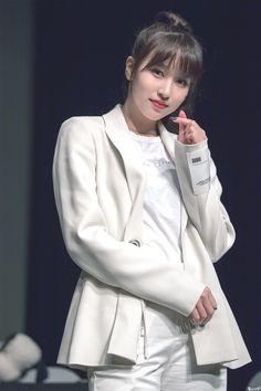 Mina sending a heart Nayeon, K Pop, South Korean Girls, Korean Girl Groups, San Antonio, Sana Momo, Myoui Mina, Japanese American, Hirai Momo