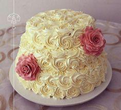 Una opción diferente, decoración en crema con flores de pastillaje