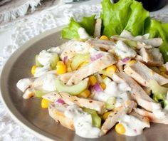 Салат из курицы с огурцом и кукурузой На 4 порции ингредиенты: 2 куриных филе, около 250 г каждое 1 средний огурец 1 крупный стебель сельдерея 150 г консер