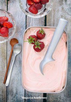 Przepis na tradycyjne lody truskawkowe. Lody na bazie mleka, śmietanki i żółtek, ze świeżymi truskawkami. Śmietankowe lody z truskawkami.