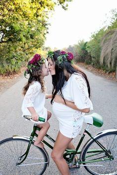 Novia embarazada y con su hija en bicicleta, ¡qué dulzura de imagen!