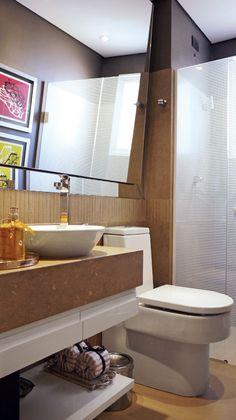Só por causa do espelho inclinado - Banheiros pequenos e bem decorados