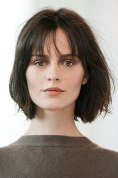 cortes de pelo corto, mujer con corte estilo bob, flequillo regular recto, blusa marrón