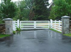 Here's an example of a modern driveway gate using wood rather than iron. Very clean lines, crisp white paint, 5 horizontal slats. Driveway Entrance Landscaping, Modern Driveway, Driveway Design, Fence Design, Garden Design, House Front Gate, Front Gates, Entrance Gates, Farm Entrance