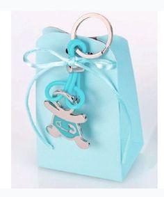 Detalles para bautizo Llavero metal bebé niño imperdible. Se presenta en caja semi alta con 5 peladillas de chocolate, lazo a tono y tarjeta personalizada Medidas llavero: 10 x 3,5 cm Medidas caja: 11 x 6 x 3,5 cm