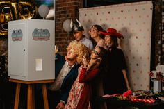 Fotobudka. Cuda Wianki. Fajna rustykalna budka z miłymi właścicielami. Couple Photos, Couples, Couple Shots, Couple Photography, Couple, Couple Pictures