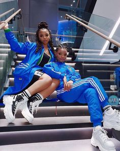 """chloe x halle on Instagram: """"drippin blue💧💦🌊 had so much fun meeting some of your beautiful faces at the opening of the @samsungus experience store #dowhatyoucant…"""""""
