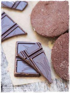 bitter chocolate cookies @ http://manufakturaciastek.blox.pl/2015/02/Czekoladowe-ciasteczka-z-gorzkiej-czekolady.html