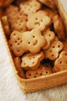 Such cute biscuit faces! Kawaii Cookies, Cute Cookies, Cute Baking, Kawaii Dessert, Cute Desserts, Japanese Sweets, Happy Foods, Cafe Food, Cookies Et Biscuits