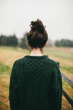 ワークテイストやガーデニングスタイルなどに合いそうな秋の風景になじむ深緑のニット。