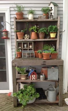 Gärtnertisch mit Gartenpflanzen und Dekoration
