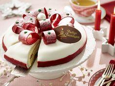 Marsepeintaart. Luchtige cake gevulde met Zwitserseroom, aardbeien, kersen en een vleugje magie.... Opgemaakt met marsepein en een witte laag van fondant. de krullen zijn van chocolade.