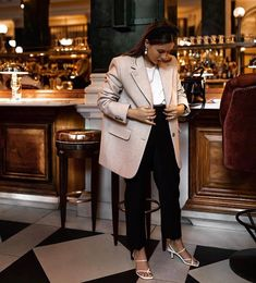 & Other Stories Wool Blazer: Hannah Crosskey wears the blazer with cropped black trousers, white strap sandals and elegant jewellery. Casual Blazer, Blazer Outfits, Casual Chic, Casual Outfits, Fashion Outfits, Blazer Fashion, Emo Outfits, Punk Fashion, Lolita Fashion