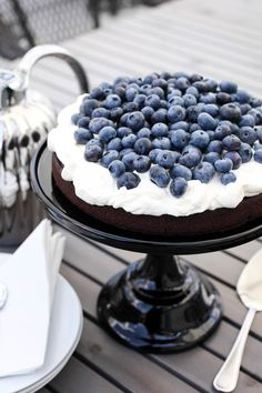Beautiful chocolate cake with blueberries/ Mitt vita hus Cupcakes, Cupcake Cakes, Just Desserts, Delicious Desserts, Eat Dessert First, Piece Of Cakes, Pretty Cakes, Something Sweet, Let Them Eat Cake