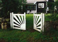 Snickra en solgrind - Bygga solgrind - viivilla.se Garden Gates, Fencing, Plank, Countryside, Outdoor Structures, Gardening, Outdoor Decor, Summer, House