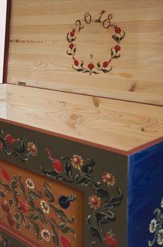 Torockói motívumos tulipános láda Székely Csillától. Tulip chest painted by Csilla Székely with hungarian folk art motifs from Torockó.  tel. 202874489, csillamuhely@gmail.com  #csillamuhely  #kezzelfestettbutor #tulipánosláda #torockói #festettbútor #paintedfurniture #szekelycsilla #hungarianfolkart #bútorfestő   #szekelycsillafurniture #bútorfestés #handpainted Scandinavian Folk Art, Trunks And Chests, Art Decor, Home Decor, Pattern Design, Decorative Boxes, Arts And Crafts, Tapestry, Hand Painted