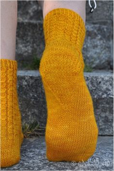 Ulla - Ohjeet - Walk Like An Egyptian Mitten Gloves, Mittens, Knitting Socks, Egyptian, Slippers, Walking, Crochet, Sexy, Bedroom Slippers