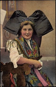 Alsatian woman in traditional costume sitting in front of her house. European Costumes, Art Of Beauty, Doodle Inspiration, Cut My Hair, France, Folk Costume, Headgear, Lorraine, European Fashion